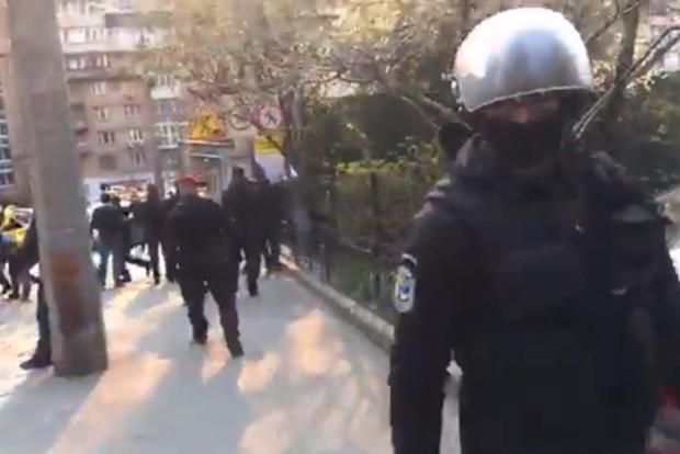Довели до полусмерти девушку. В Киеве спецназ охраняет незаконные стройки