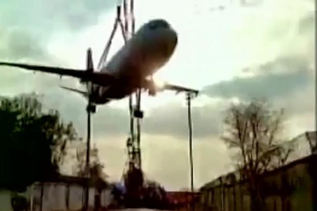 В Индии башенный кран упал на самолет