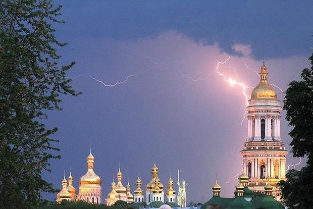 Синоптики предупредили о шквалах и граде: прогноз, карты