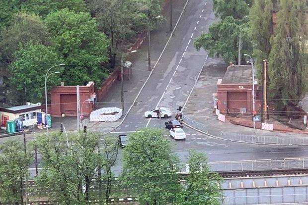 Киевляне на автомобилях ломятся на кладбища. Какой за это штраф?