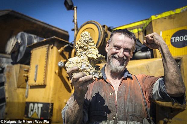В Австралии шахтер раскопал крупнейший в мире золотой самородок