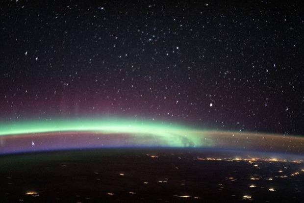 Космонавты МКС сняли необыкновенное фото, где северное сияние переплелось со свечением неба