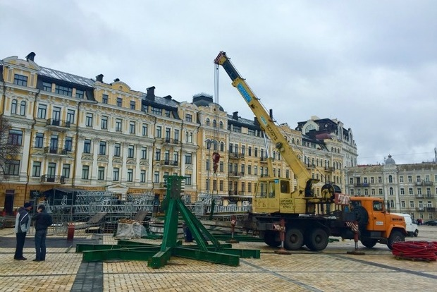 Софийскую площадь начали готовить к Новому году и Рождеству