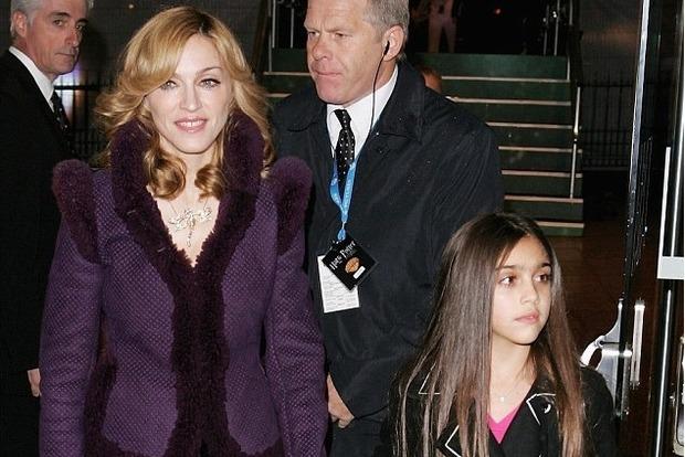 Прикрыла грудь ракушками: дочь Мадонны шокировала волосатыми ногами на шоу в Нью-Йорке