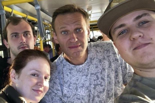 Чай в аэропорту Навальному принес его помощник