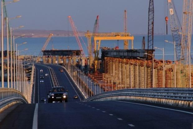 Крымский мост покрылся ямами и опустел
