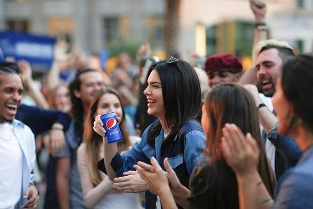 Pepsi извинилась за свою рекламу с сестрой Кардашьян и удалила ее из сети