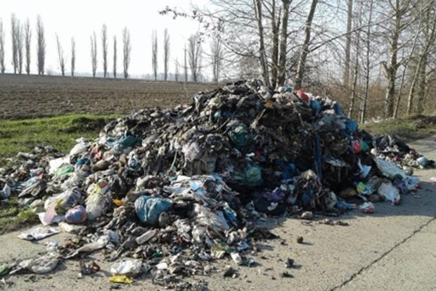 Львовской мусор свалили прямо посреди дороги в Киевской области