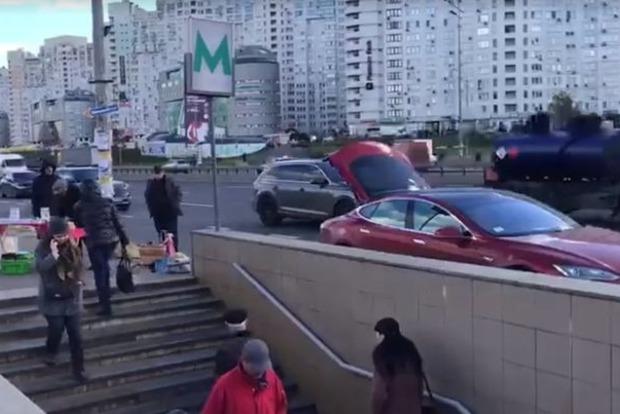 Повышение пенсий по-киевски: дедушка на Tesla торговал медом