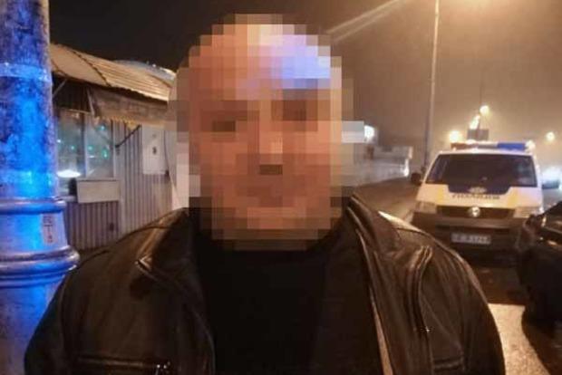 УКиєві поліція затримала п'яного чоловіка згранатою та пістолетом