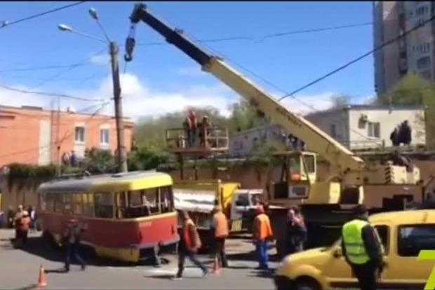 В Одессе сошедший с рельсов трамвай столкнулся с грузовиком (видео)