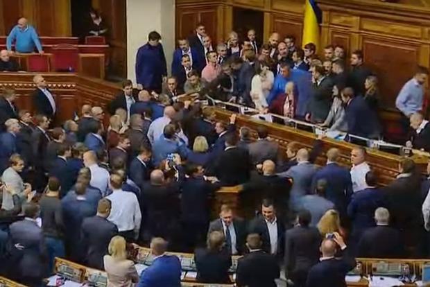 Драка началась в Раде во время обсуждения президентского законопроекта о реинтеграции Донбасса