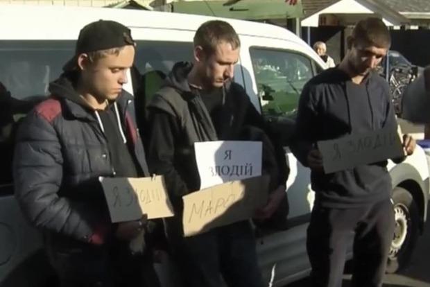В Ичне поймали мародеров и выставили на улице с позорной надписью