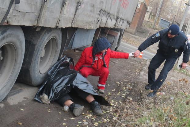Фура раздавила своего же водителя в Днипре