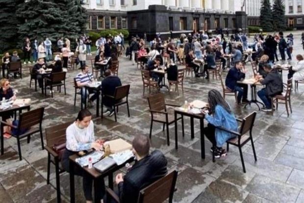 Под Офисом у Зеленского активисты открыли ресторан