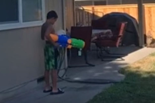 Син, який чатував тата з водним пістолетом, сам став жертвою жарти