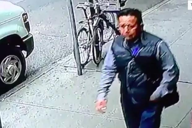 В США средь белого дня мужчина украл ведро, в котором было 30 кг золота