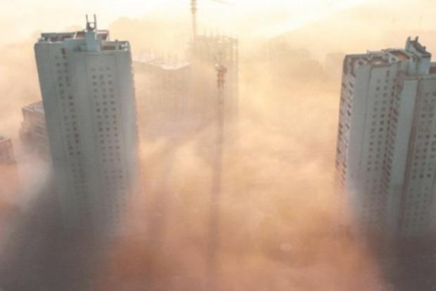 Киев окутало белой дымкой, вокруг ничего не видно: стало известно, что происходит с воздухом в столице
