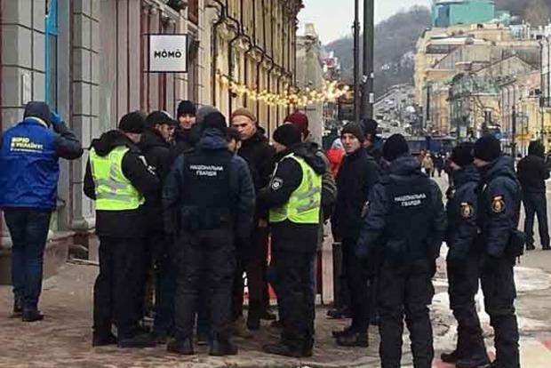 С пистолетом и ножами. В Киеве задержаны титушки