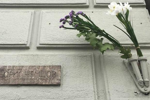 Власти Москвы демонтируют мемориальную доску Борису Немцову