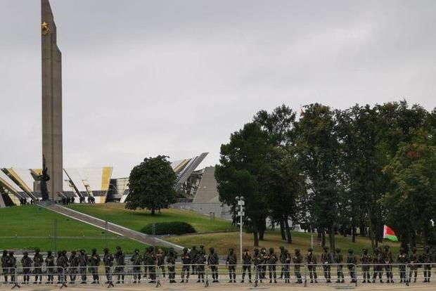 Министр обороны Белоруссии высказал свое отношение к бело-красно-белому флагу и пригрозил протестующим армией