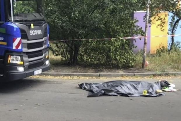В Киеве пьяный водитель мусоровоза наехал на мать с ребенком, женщина умерла. Фото 18+
