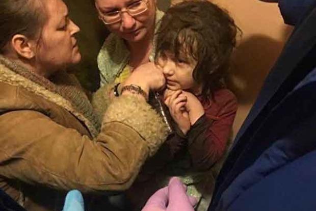 В Москве нашли девочку-маугли, запертую в квартире с мусором