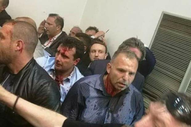 В Македонии протестующие взяли штурмом парламент и избили оппозиционеров