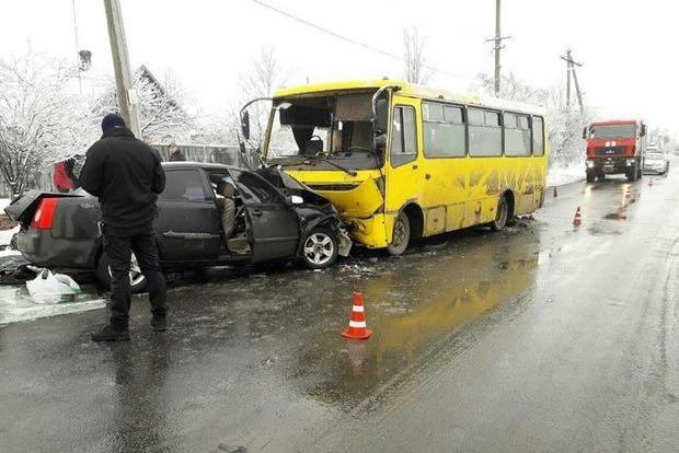 В Мариуполе в лоб столкнулись маршрутка и Chery, есть погибшие