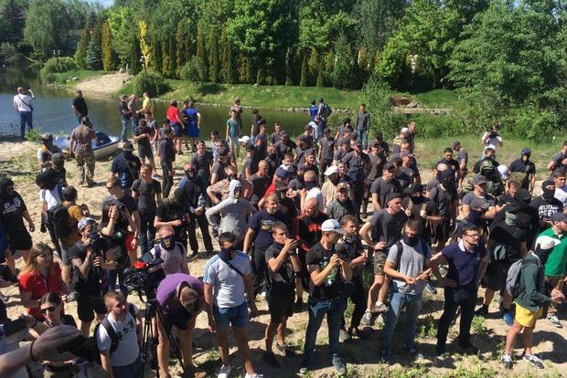 Националисты подрались с полицией возле дома собственника Интера