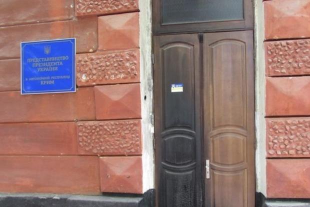 В Херсоне в здании представительства Президента повредили окна и двери