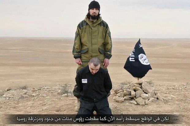 Боевики ИГИЛ показали ролик, на котором обезглавливают офицера РФ