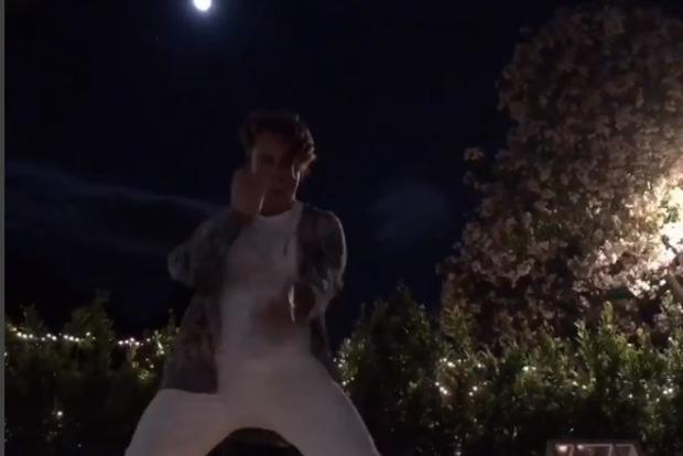 Галкин в отпуске танцует для Пугачевой эротические танцы (видео)
