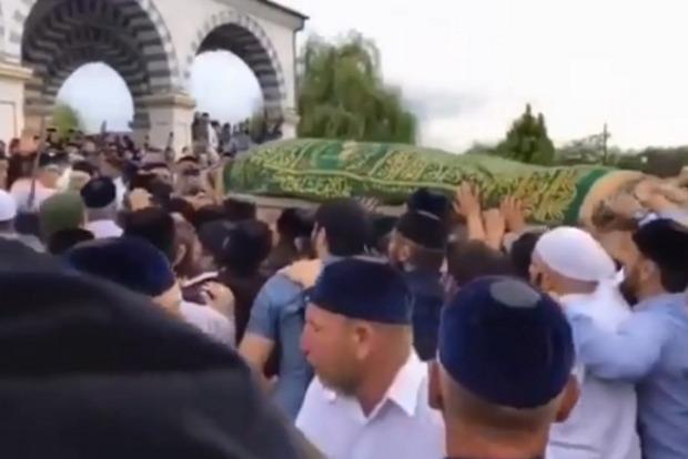 В Чечне тысячи людей пришли попрощаться с убийцей российского полковника Буданова