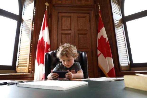 Премьер-министр Канады привел на работу 3-летнего сына