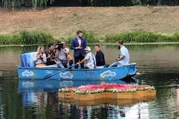 В Киеве спустили на воду первую плавучую клумбу
