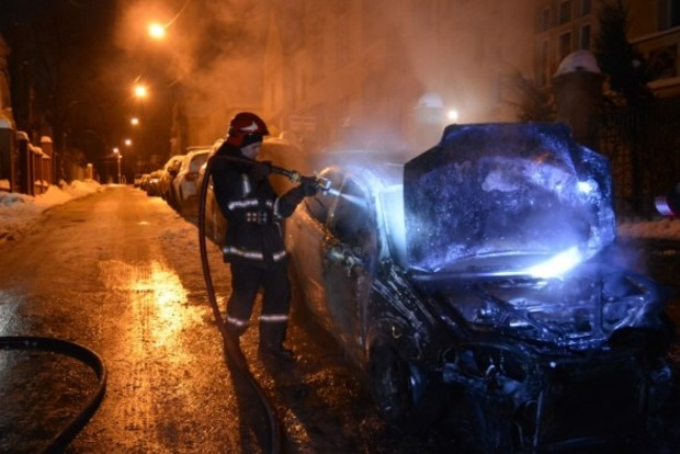 Во Львове сгорел автомобиль жены чиновника горсовета