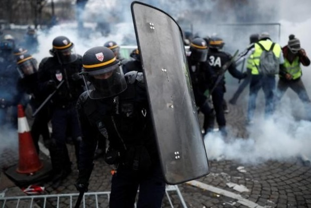 Протесты во Франции: в Париже полиция применила водометы и газ
