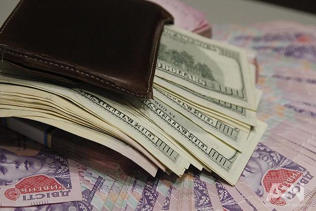 Из-за объявленного правительством курса на 2018 год украинцы и бизнес начали скупать доллары