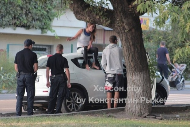 В Херсоне пьяная участница ДТП выясняла отношения с полицией с крыши машины