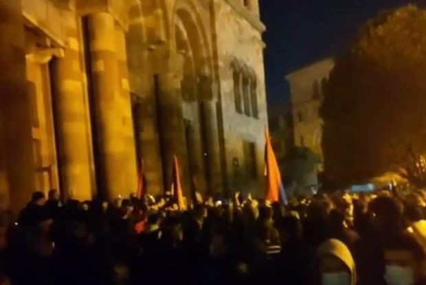 В Ереване громят здания правительства и бьют отловленных слуг народа