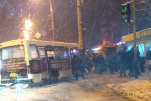 В Киеве маршрутка сбила пешеходов и врезалась в столб
