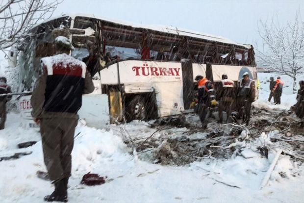 Пассажирский автобус сорвался в пропасть в Турции: 5 человек погибло
