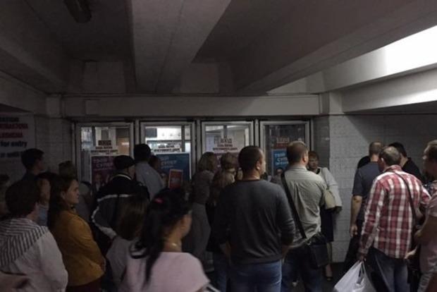 Задымление в метро: опубликовано видео, как машинист пытается потушить пожар