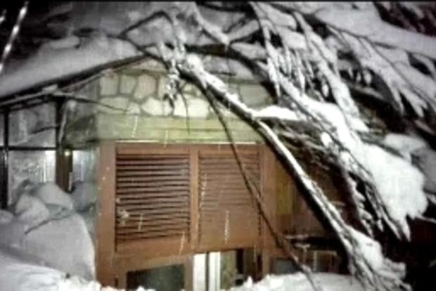 В Италии спасатели добрались к отелю, который накрыла лавина