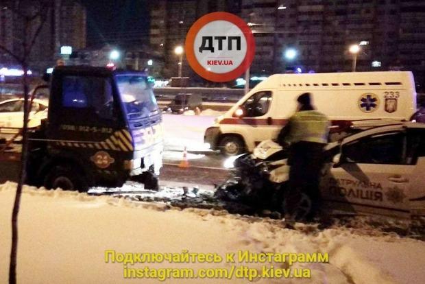 Патрульные врезались в эвакуатор в Киеве: двое полицейских госпитализированы
