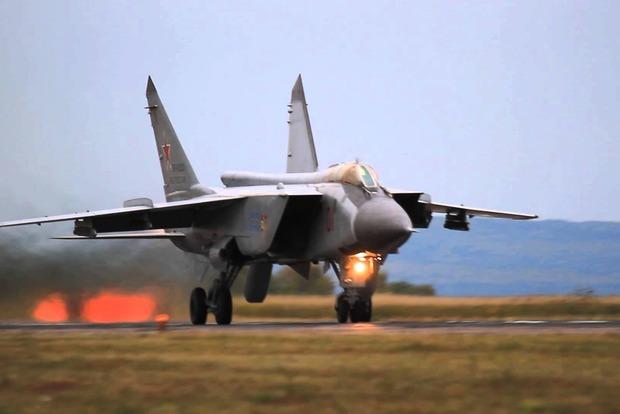 У российского военного самолета при посадке разорвало шасси