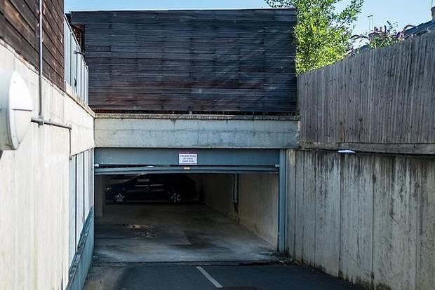 Добровольная смерть: дверь гаража сломала женщине шею и позвоночник