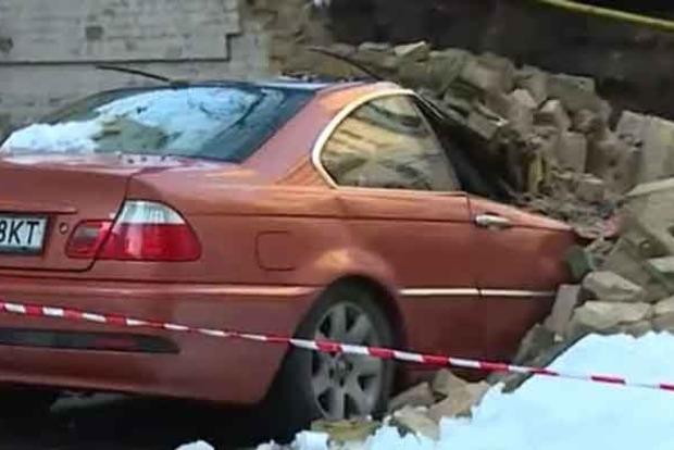 В Киеве на автомобили рухнула стена между домами