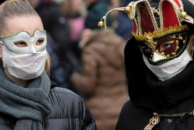Прикордонники зняли з борта літака сімейну пару за відмову використовувати маску